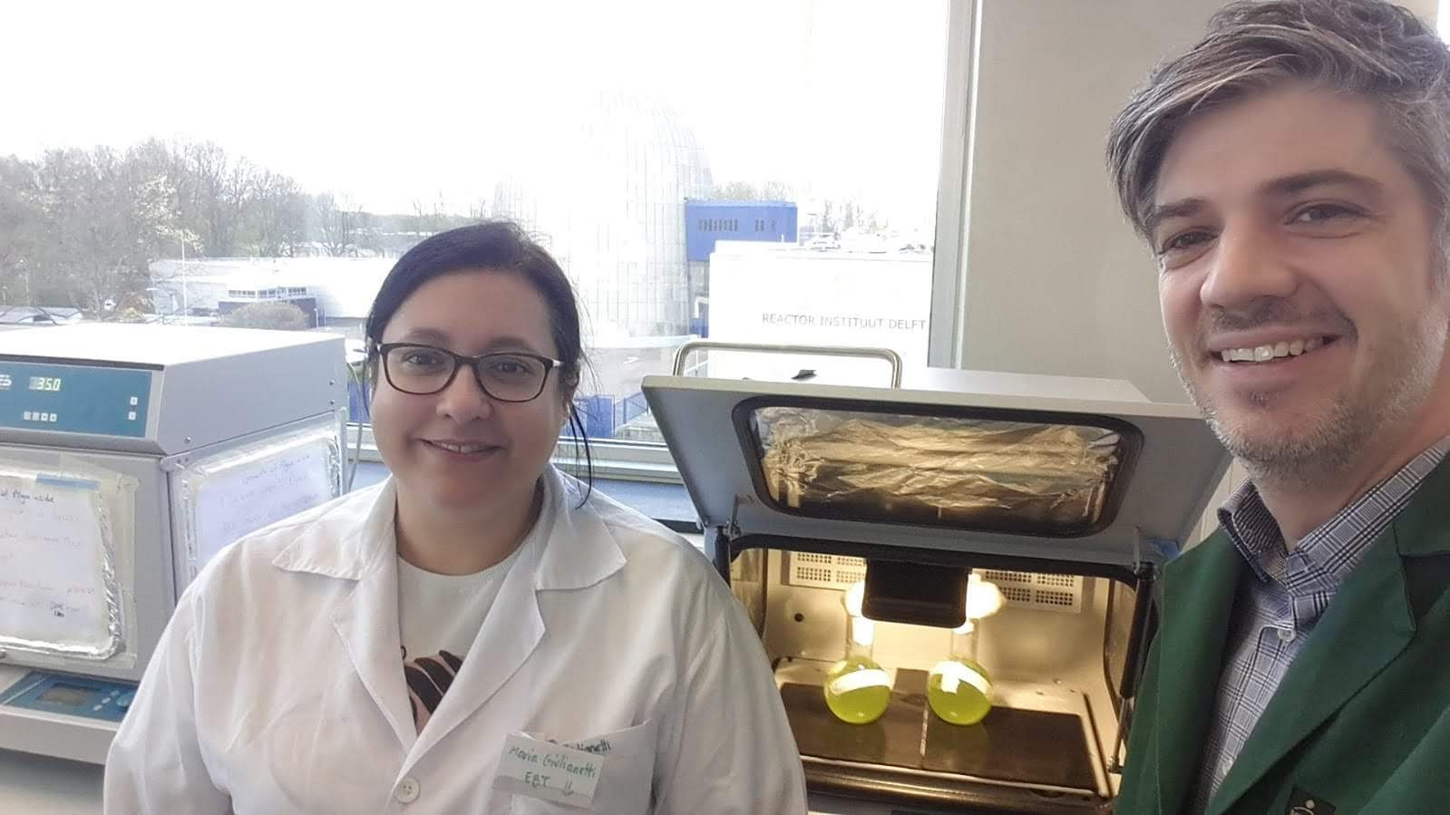 Maria Paula Giulianetti de Almeida (left) and David Weissbrodt (right) in the laboratories of the Department of Biotechnology, Faculty of Applied Sciences, at TU Delft.